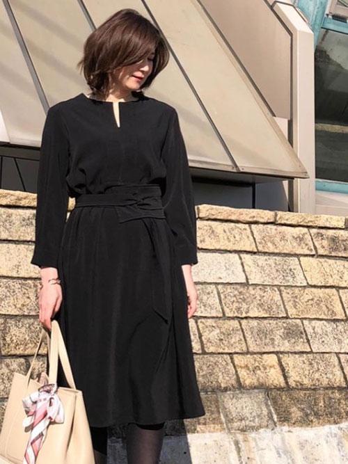 【コーディネート】セレモニーにも対応可能。遊び心をプラスして黒をおしゃれに着こなすママの卒業式スタイル
